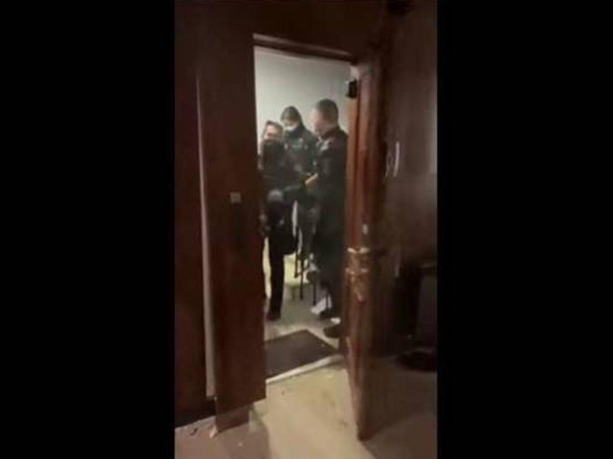 Foto: La Policía tira abajo la puerta de una casa por una fiesta ilegal sin orden judicial.