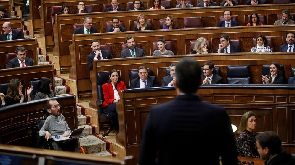 Foto: Pedro Sánchez, de espaldas, responde a Santiago Abascal en el Congreso. (EFE)
