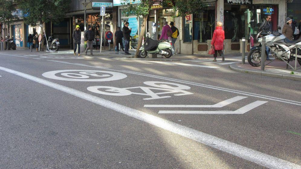 Foto: Un carril bici en medio de una calle no es la solución