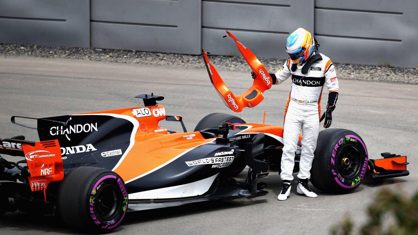 Foto: Fernando Alonso se baja del coche en Montreal. (AFP)