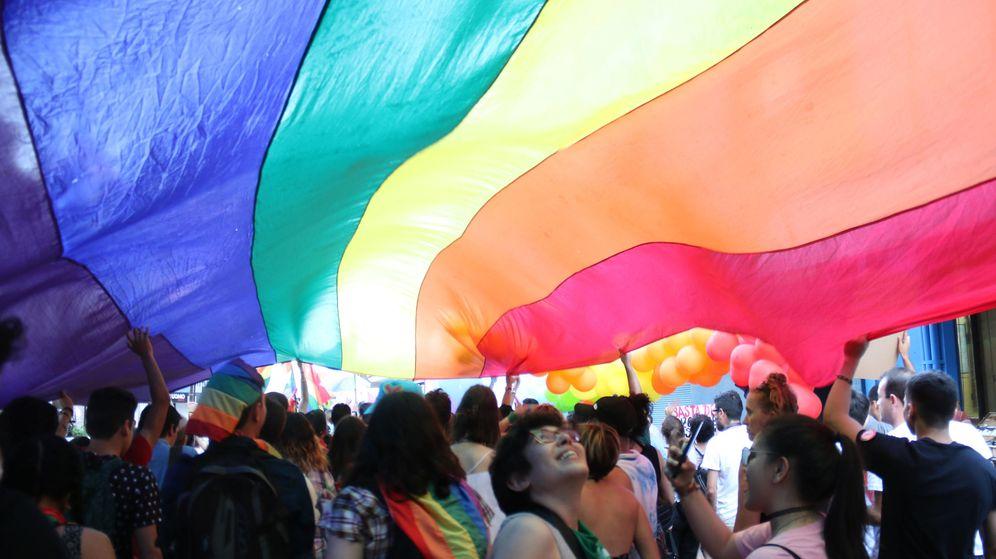Foto:  Personas participan en una marcha en defensa del colectivo LGTBI (Efe)