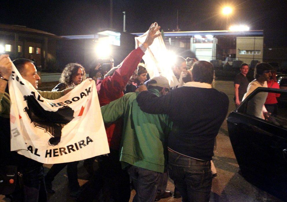 Foto: Salida de un miembro de ETA de la cárcel