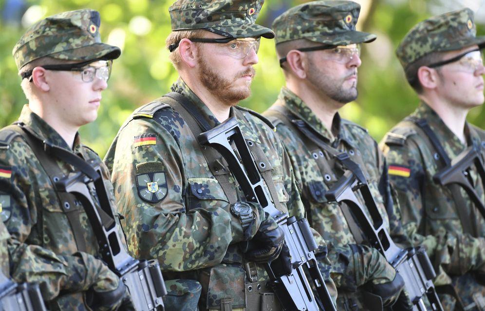Foto: Varios soldados reciben a la ministra de Defensa, Annegret Kramp-Karrenbauer. (Reuters)