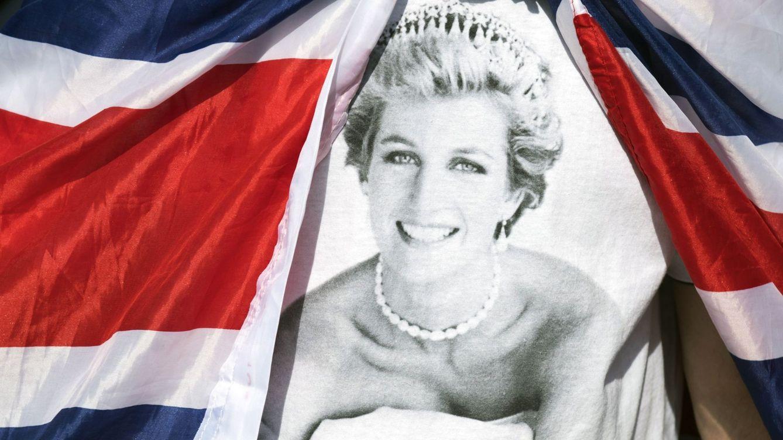 Foto: Homenajes en memoria de Diana de Gales a las puertas del palacio de Kensington. (EFE)