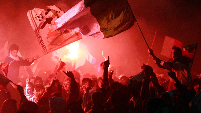 Hinchas italianos celebran su victoria ante Francia en el Mundial de 2006 (Reuters).