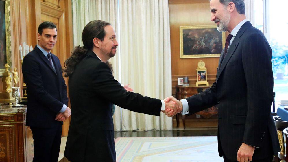 Foto: Iglesias saluda a Felipe VI en presencia de Pedro Sánchez en la primera reunión del Consejo de Seguridad Nacional. (EFE)