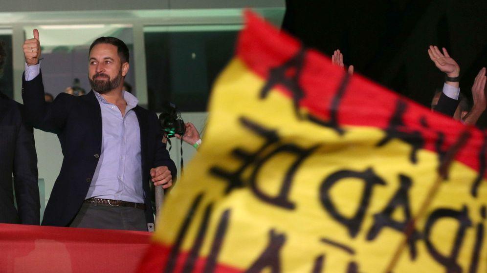 Foto: El líder de Vox, Santiago Abascal, celebrando los resultados electorales en la sede del partido. (EFE)