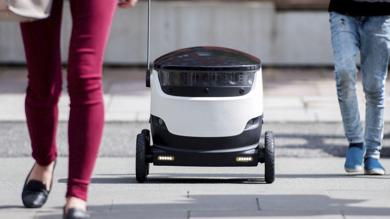 Un robot de la compañía de paquetería y envíos Hermes realiza un reparto en Hamburgo. (EFE)