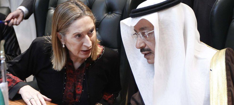 Foto: Ministra de Fomento, Ana Pastor, con el ministro de Finanzas de Arabaia Saudí, Jubara Al Suraisry