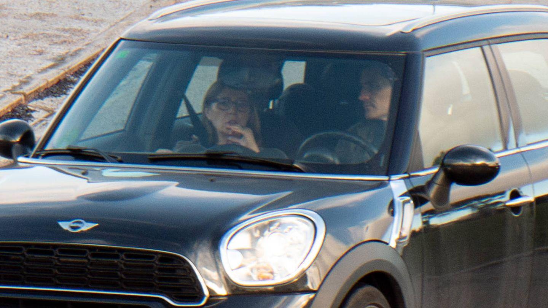 Iker Casillas llega a la Clínica Universidad de Navarra junto a la madre de Sara Carbonero. (Lagencia Grosby)