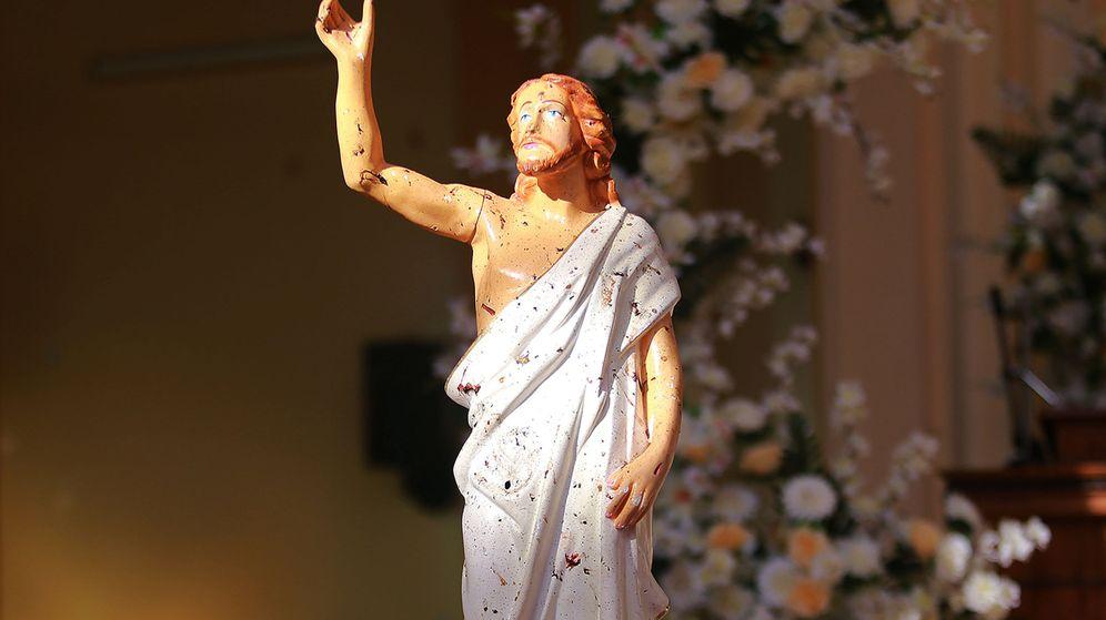 Foto: Restos de sangre en una estatua de Jesús tras el atentado en una iglesia en Negombo, Sri Lanka. (Reuters)