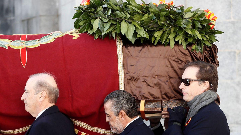 Los nietos de Francisco Franco, Francis Franco (i) y Jaime Martínez Bordiú (c) portan el féretro del dictador (EFE)
