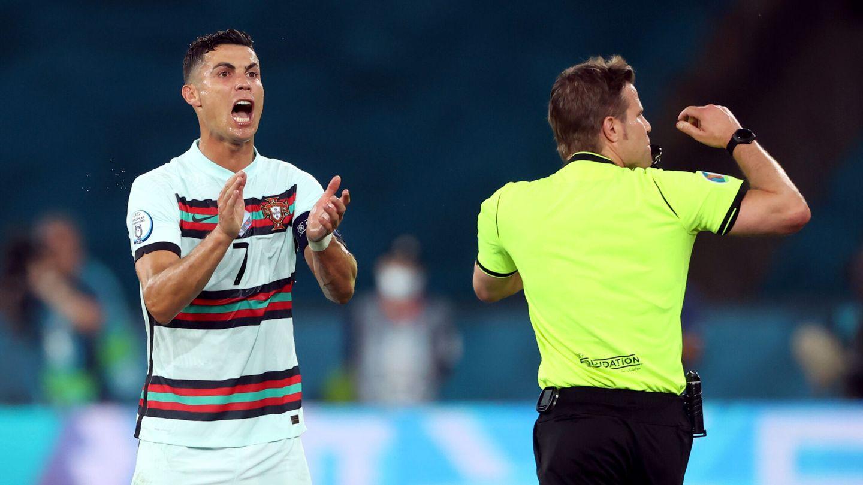 Cristiano Ronaldo protesta una falta al árbitro. (Reuters)