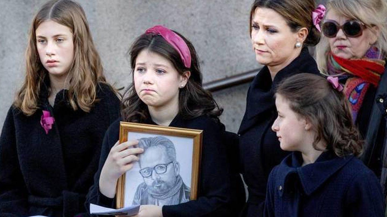 Marta Luisa, con sus hijas en el funeral de Ari Behn. (CP)