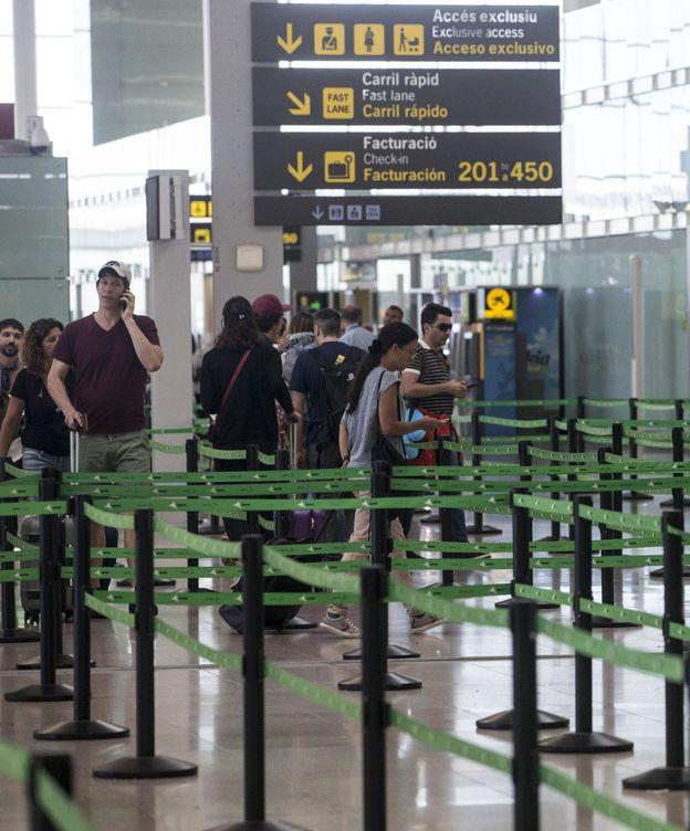 Foto: Aspecto de los accesos a los mostradores de facturación del Aeropuerto de Barcelona-El Prat. (EFE)