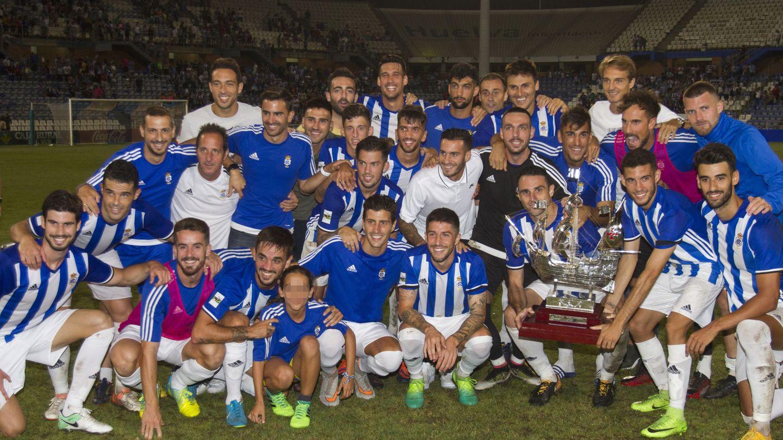 Los jugadores del Recreativo posan con la Carabela de Plata tras derrotar al Getafe en el Trofeo Colombino de 2017. (EFE)