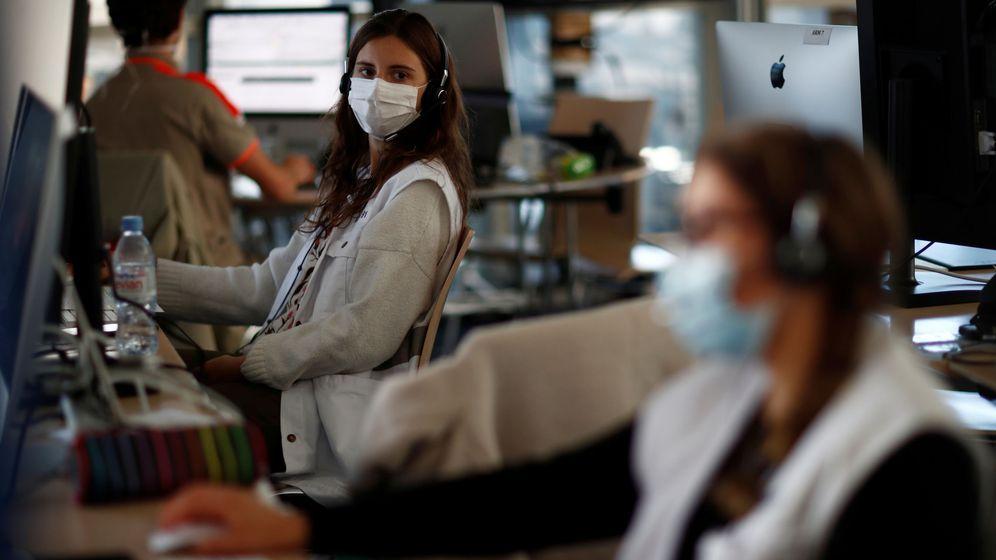 Foto: Personal del teléfono de emergencias en Francia trabajando con mascarillas y medidas de distanciamiento. (Reuters)