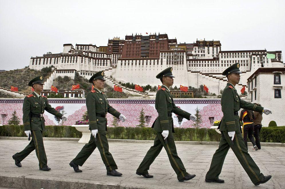 Foto: Soldados del Ejército de Liberación Popular patrullan frente al Palacio de Potala en Lhasa, Tíbet, en junio de 2008. (Reuters)