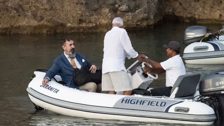 Las elegantes vacaciones de Jaime de Marichalar: en traje y a bordo de una zódiac