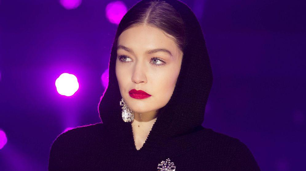 Foto: Gigi Hadid presumiendo de labios rojos. (Imaxtree)