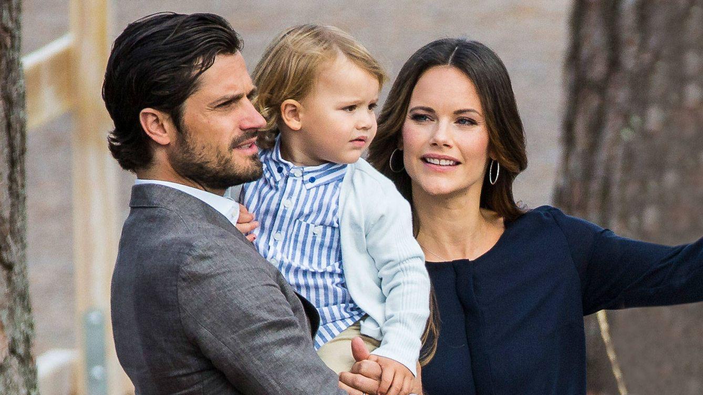 Foto: Los príncipes Carlos Felipe y Sofía de Suecia acompañando a su hijo, el príncipe Alexander, mientras inauguraba el acto. (Getty)