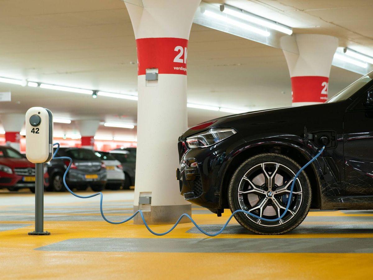 Foto: Un coche eléctrico recargando su batería en un estacionamiento
