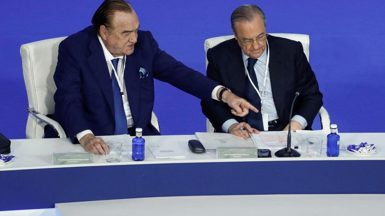 Fernández Tapias, con Florentino Pérez en una asamblea del Real Madrid. (EFE)