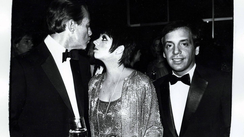 Fotografía sin fecha cedida que muestra  (de izq. a dcha.) al diseñador de moda Halston, la cantante Liza Minnelli y el dueño de la discoteca neoyorquina Studio 54, Steve Rubell. (EFE)