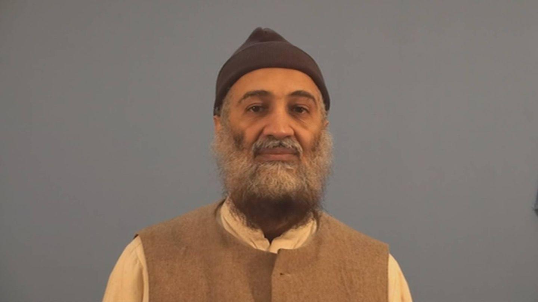 Osama Bin Laden, en una de sus últimas imágenes, se prepara para dirigirse a sus seguidores. (CIA)