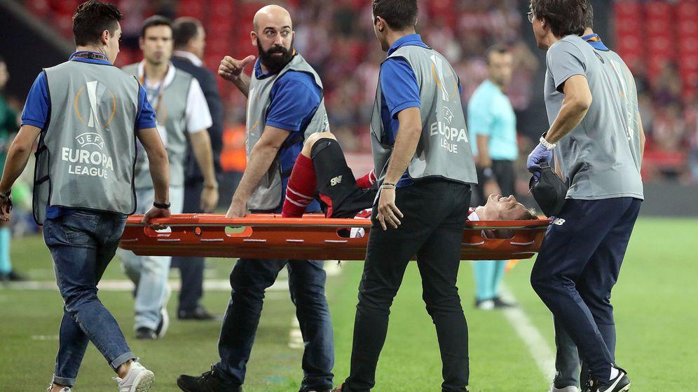 Foto: Muniain se retiró en camilla tras su lesión. (EFE)