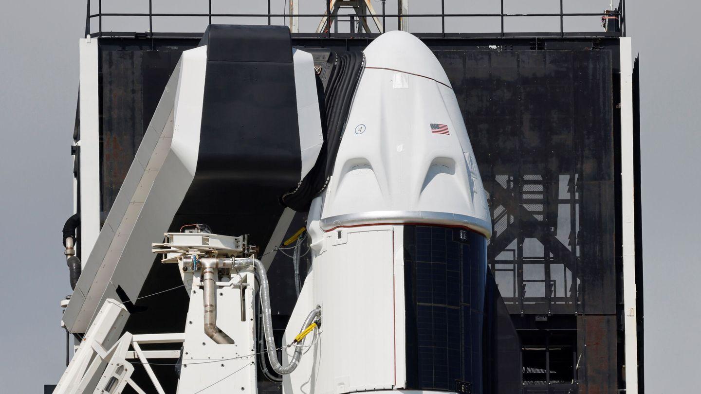 La cápsula Crew Dragon encima de un Falcon 9 de SpaceX. (REUTERS)