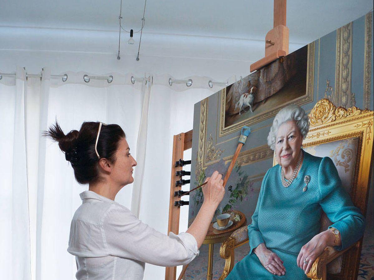 Foto: Miriam Escofet, pintando el retrato de Isabel II. (Cortesía)