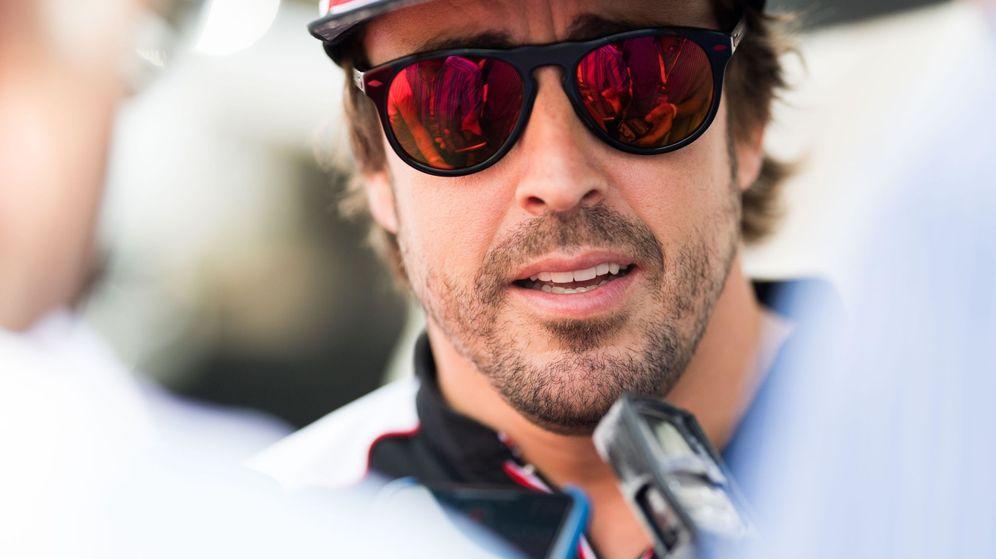 Foto: Fernando Alonso atendiendo a la prensa. (EFE)