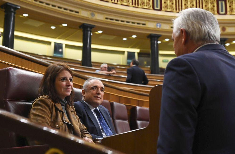 Foto: Adriana Lastra y el secretario general del Grupo Socialista, Rafael Simancas, este 30 de octubre en el pleno del Congreso. (EFE)