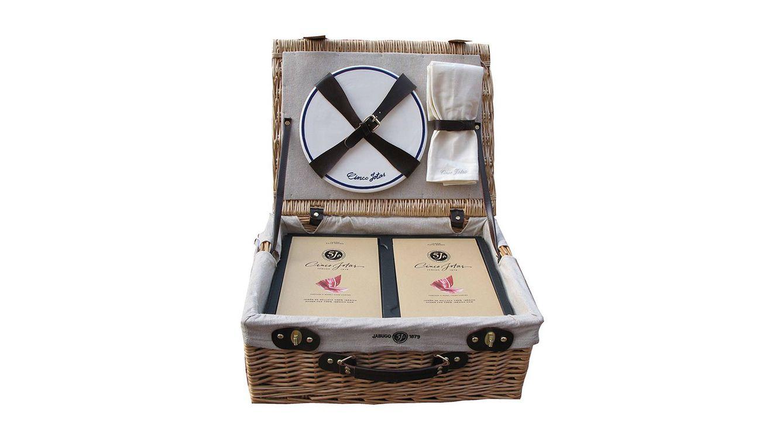 Foto: El regalo incluye una cesta de picnic con un jamón de bellota 100% ibérico Cinco Jotas.