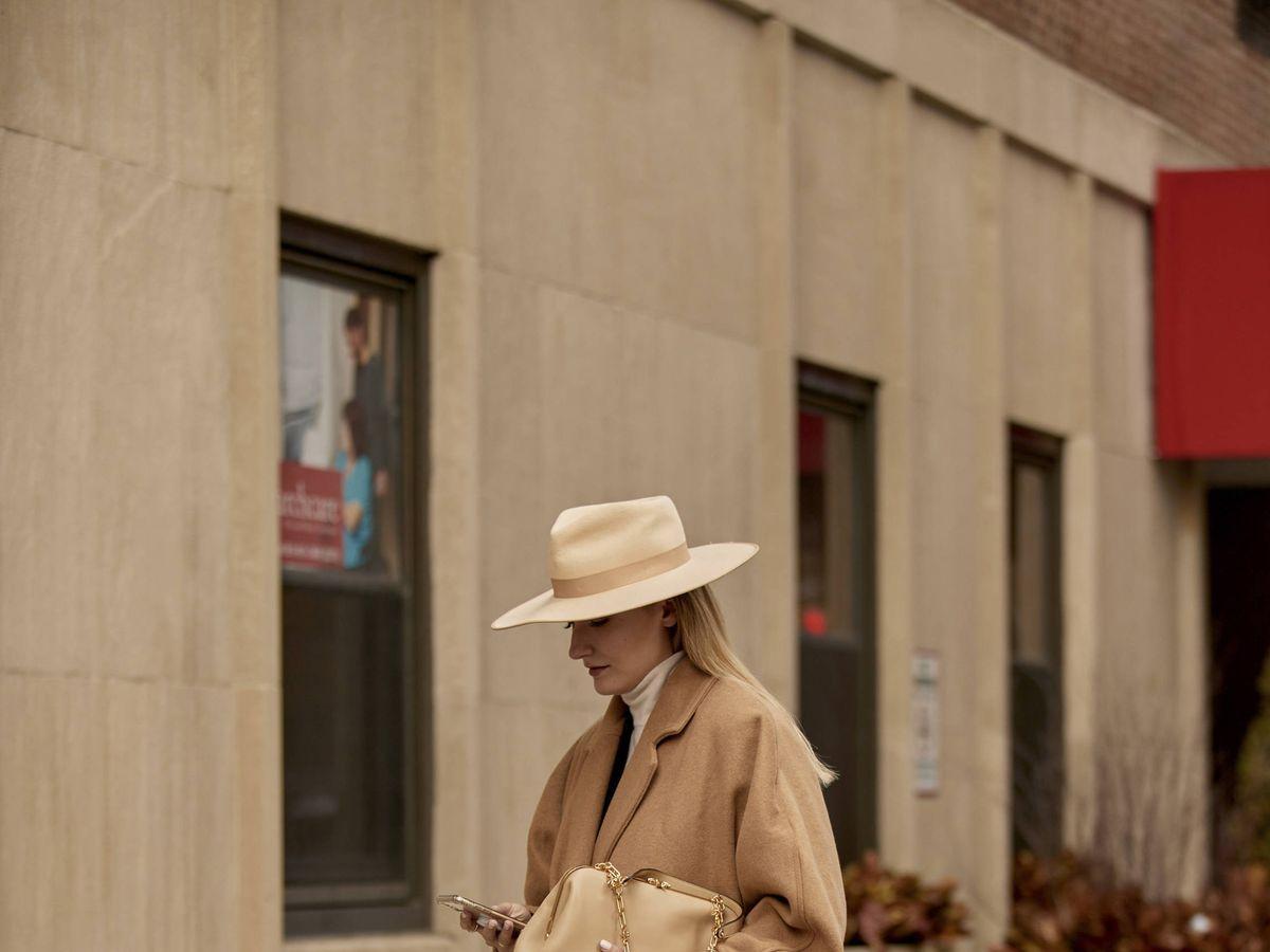 Foto: El abrigo camel es un básico. (Imaxtree)