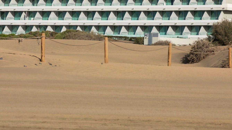 Foto: Playa desierta y hoteles cerrados en Maspalomas, Gran Canaria. (EFE)