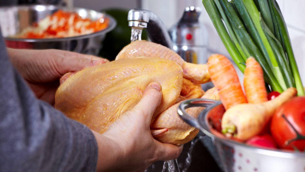 Por qué no debes lavar nunca el pollo crudo