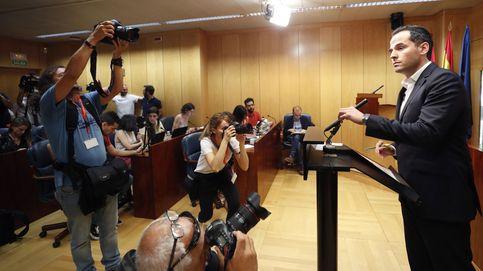 La ofensiva de Vox contra las leyes LGTBI aboca a un  pacto imposible a tres en Madrid