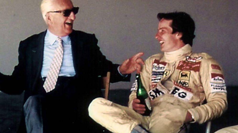 Foto: Enzo Ferrari charlando con Gilles Villeneuve, su piloto favorito (Efe)