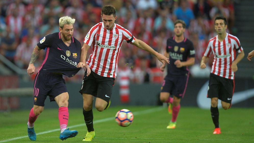 Foto: Aymeric Laporte pugna con Messi durante el Athletic-Barça de esta temporada. (Reuters)