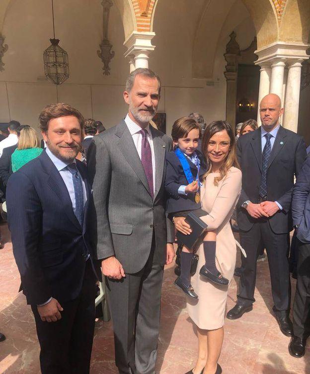 Foto: Juan Peña, el rey Felipe, el pequeño Tristán y Sonia González. (Fotos cedidas por la familia)