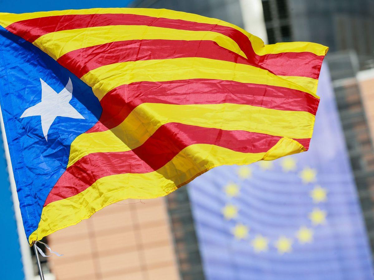 Foto: Una bandera independentista catalana ondea frente a la sede de la Comisión Europea. (EFE)
