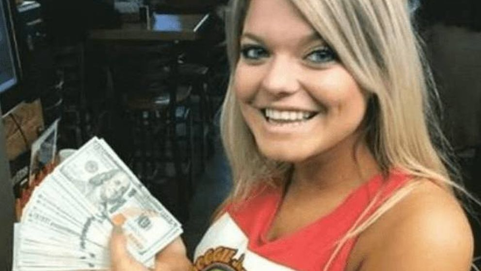 Pide dos vasos de agua y le deja 10.000 dólares de propina a la camarera