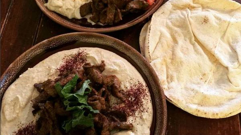 Delicioso y humilde hummus, un puré de garbanzos que rara vez falta en esta cocina