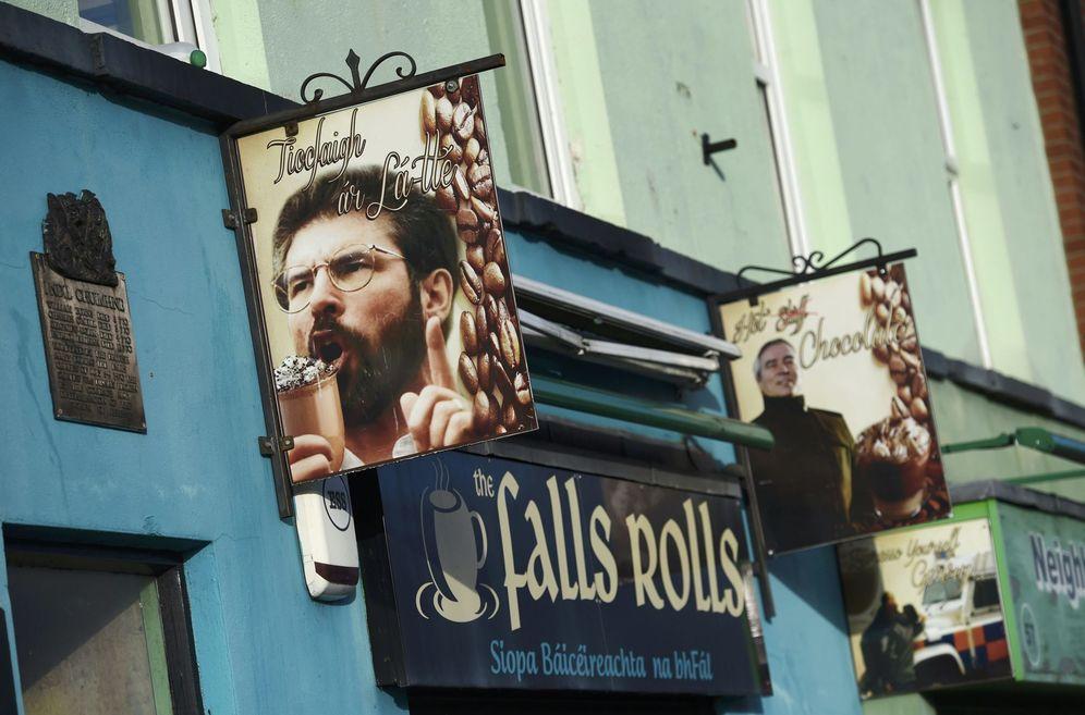 Foto: Un café con imágenes del líder del SinnFeinn Gerry Adams en Belfast (Reuters).