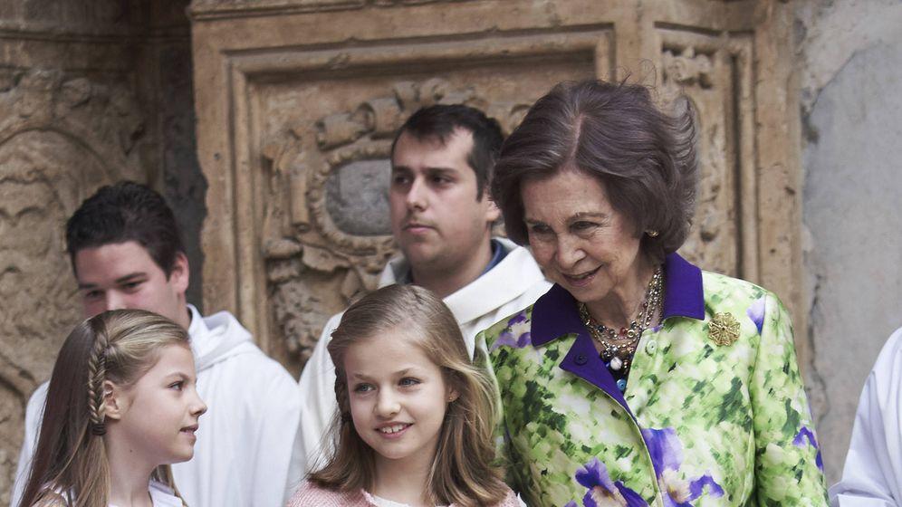 Foto: La infanta Sofía, la princesa Leonor (de Pili Carrera) y la reina Sofía, en Palma. (Getty)