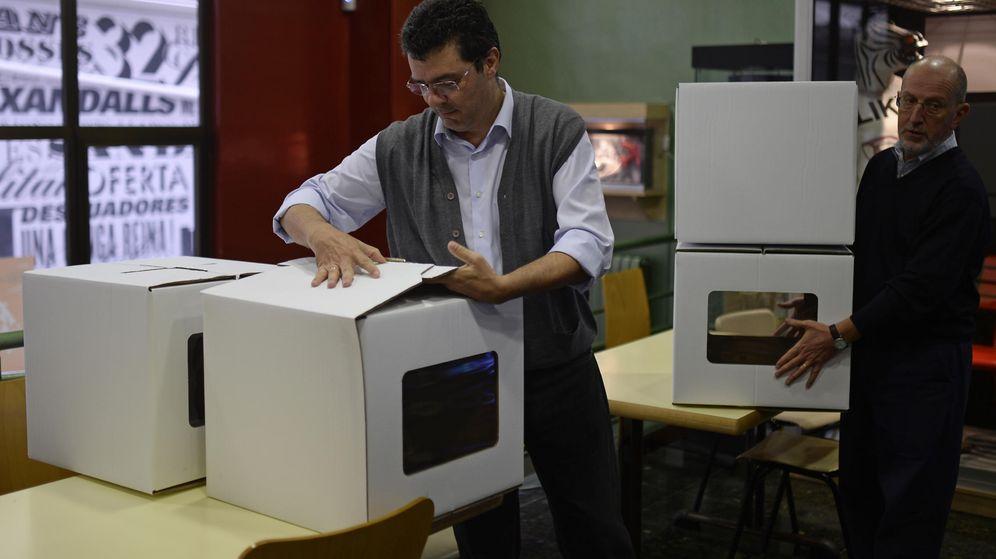 Foto: Urnas y papeletas de la consulta del pasado 9 de noviembre en Cataluña. (AP)