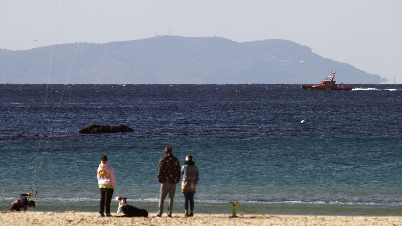 Búsqueda de una patera en el estrecho de Gibraltar con la costa africana de fondo. (EFE)