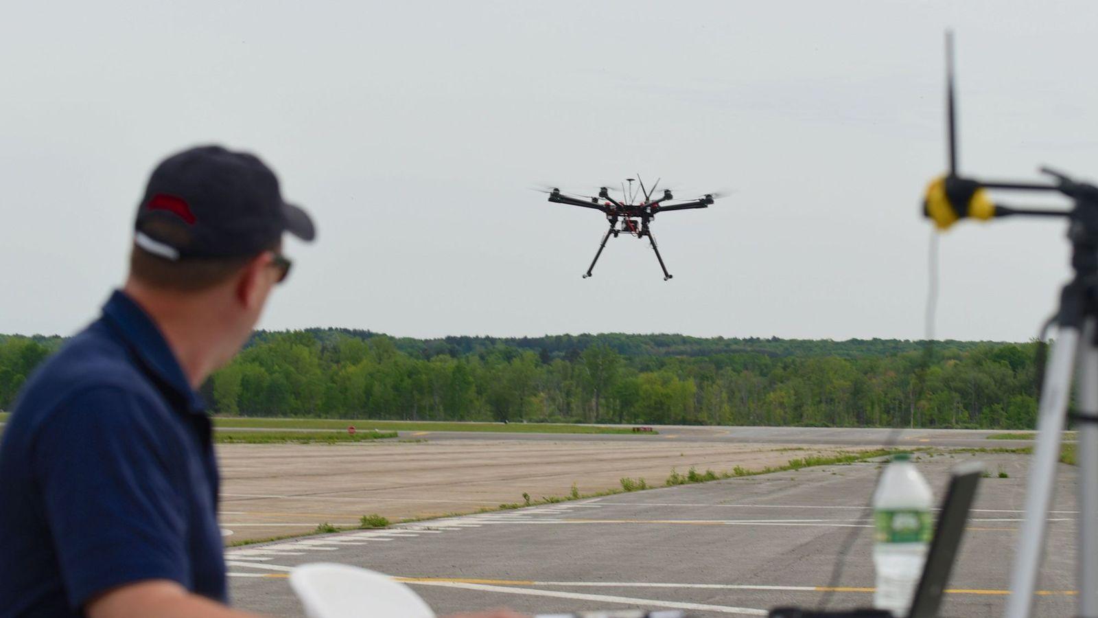 Foto: Un piloto de drones prueba uno de estos robots en Estados Unidos. (EFE)